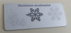 aluminium anodowane srebrne odcienie graweru 300x141 - Grawerowanie Poznań
