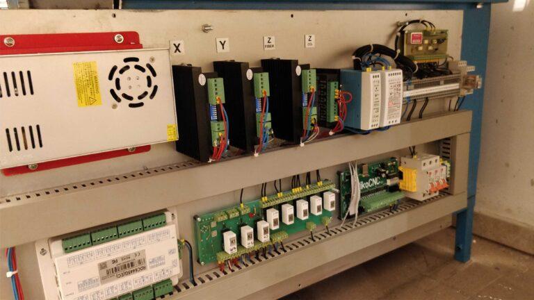 sterowanie zamontowane na maszynie 768x432 - Budujemy laser